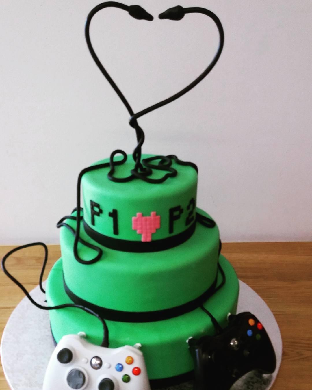 tort ślubny dla graczy z padami i sercem z kabla