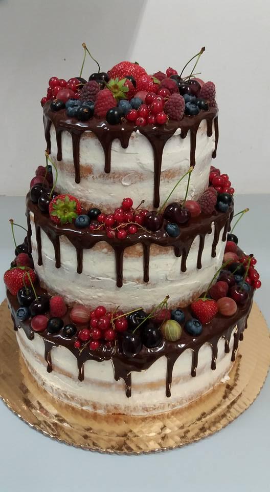 tort weselny z polewą czekoladową i owocami
